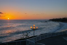Mooie Zonsondergang over de Vreedzame Oceaan bij Laguna Beach, Californië royalty-vrije stock afbeelding