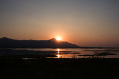 Mooie zonsondergang over het meer Royalty-vrije Stock Foto