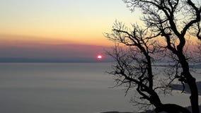 Mooie zonsondergang over het meer Balaton van Hongarije stock video