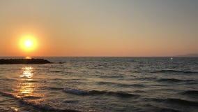 Mooie zonsondergang over het overzees stock video
