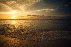 Mooie zonsondergang over het overzees in Gili Trawangan, het Noorden Lombok, Indonesië, Azië Royalty-vrije Stock Foto's