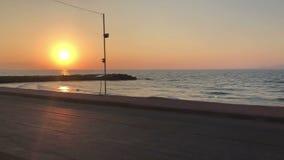 Mooie zonsondergang over kalme overzees stock video