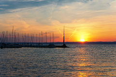 Mooie zonsondergang over meer Balaton Siofok, Hongarije Stock Afbeeldingen
