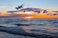 Mooie Zonsondergang over Oostzee met wolk en stralen, Jurmala Dzintari royalty-vrije stock afbeelding
