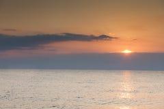 Mooie zonsondergang over overzees met bezinning in water Royalty-vrije Stock Foto's