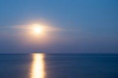 Mooie zonsondergang over overzees met bezinning in water Stock Fotografie