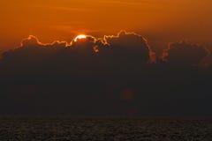 Mooie zonsondergang over overzees met bezinning in water, kleurrijke wolken in de hemel Stock Afbeelding