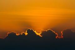 Mooie zonsondergang over overzees met bezinning in water, kleurrijke wolken in de hemel Stock Fotografie