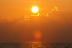 Mooie zonsondergang over overzees met bezinning in water, kleurrijke wolken in de hemel Royalty-vrije Stock Fotografie