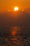 Mooie zonsondergang over overzees met bezinning in water, kleurrijke wolken in de hemel Royalty-vrije Stock Foto's
