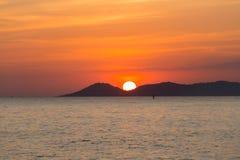 Mooie zonsondergang over overzeese kust Royalty-vrije Stock Afbeeldingen
