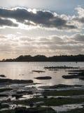Mooie zonsondergang over van overzeese van de havenkust het silhouet baaiwolken van Stock Foto