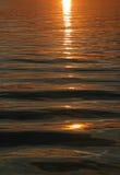 Mooie zonsondergang over water Stock Afbeelding