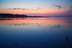 Mooie zonsondergang over water op het eiland van Sardinige stock foto's