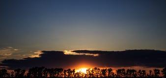Mooie zonsondergang in Rusland, Zuidoostelijk Siberië Platteland royalty-vrije stock afbeeldingen