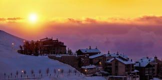 Mooie zonsondergang in sneeuw bergachtig dorp royalty-vrije stock foto