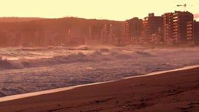 Mooie zonsondergang in Spanje met grote golven, Costa Brava stock video