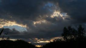 Mooie zonsondergang, tijd-tijdspanne, timelapse van zonsonderganghemel, tijd-TIJDSPANNE ZONSONDERGANG IN een GROTE ORANJE EN BLAU stock videobeelden