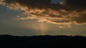 Mooie zonsondergang timelapse Zon die achter bergen plaatsen Snel bewegende dramatische wolken Dag aan nacht De tijdspanne van de stock video
