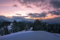 Mooie zonsondergang van één van de sneeuwpiek van de Oostenrijkse alpen stock fotografie