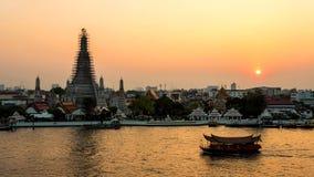 Mooie zonsondergang wat arun tempel stock afbeelding