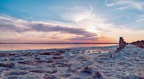 Mooie zonsondergang of zonsopgang over een zout meer, Houten hennep in de opeenhoping van zout na het drogen van het meer Stock Foto