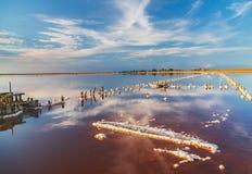 Mooie zonsondergang of zonsopgang over een zout meer, Houten hennep in de opeenhoping van zout na het drogen van het meer Stock Fotografie