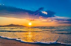 Mooie zonsonderganghemel bij strand stock afbeelding