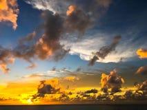 Mooie zonsonderganghemel en rust Royalty-vrije Stock Afbeeldingen