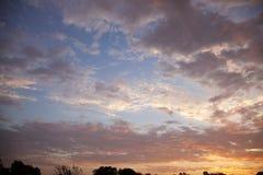 Mooie zonsonderganghemel met dramatische wolken Royalty-vrije Stock Fotografie