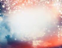 Mooie zonsonderganghemel met wolken en troep van vliegende vogels, openlucht vector illustratie