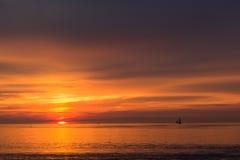 Mooie zonsonderganghemel over de Oostzee stock afbeeldingen
