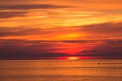 Mooie zonsonderganghemel over de Oostzee stock afbeelding