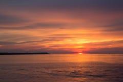 Mooie zonsonderganghemel over de Oostzee royalty-vrije stock afbeelding