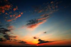 Mooie zonsonderganghemel over de Schrapers van Doubai stock afbeelding