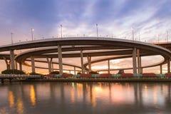 Mooie zonsonderganghemel over ronde de riviervoorzijde van de wegkruising Royalty-vrije Stock Afbeeldingen