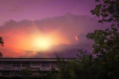 Mooie zonsonderganghemel over silhouetopenbaar gebouw en bomen in Trang Thailand Stock Afbeelding