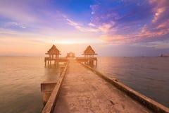 Mooie zonsonderganghorizon met het lopen manier die tot oceaan leiden Stock Afbeeldingen
