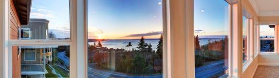Mooie zonsondergangmening door de vensters. Panoramisch beeld stock fotografie