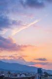Mooie zonsondergangmening over de stad stock afbeelding