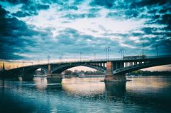 Mooie zonsondergangnacht over de rivierbrug van Rijn/van Rijn in Mainz royalty-vrije stock foto's