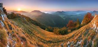 Mooie zonsopgang in bergvallei met zon Stock Afbeeldingen
