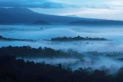 Mooie zonsopgang bij mistige berg Royalty-vrije Stock Foto