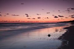 Mooie zonsopgang bij Oostzee. Zonsopgang over het overzees. Chalupy, Polen. stock foto
