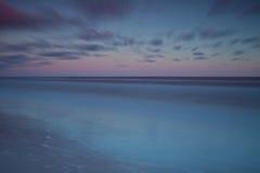 Mooie zonsopgang bij Oostzee. Zonsopgang over het overzees. Chalupy, Polen. royalty-vrije stock foto