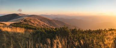 Mooie zonsopgang in de bergen Stock Afbeelding