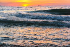 Mooie zonsopgang en golven op het overzees, zonsondergang op de Oostzee royalty-vrije stock afbeeldingen