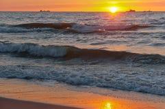 Mooie zonsopgang en golven op het overzees, zonsondergang op de Oostzee stock afbeelding