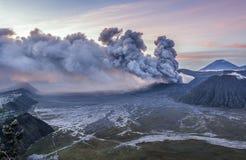 Mooie zonsopgang en vulkanische uitbarsting van MT Bromo royalty-vrije stock afbeeldingen