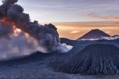 Mooie zonsopgang en vulkanische uitbarsting van MT Bromo royalty-vrije stock fotografie